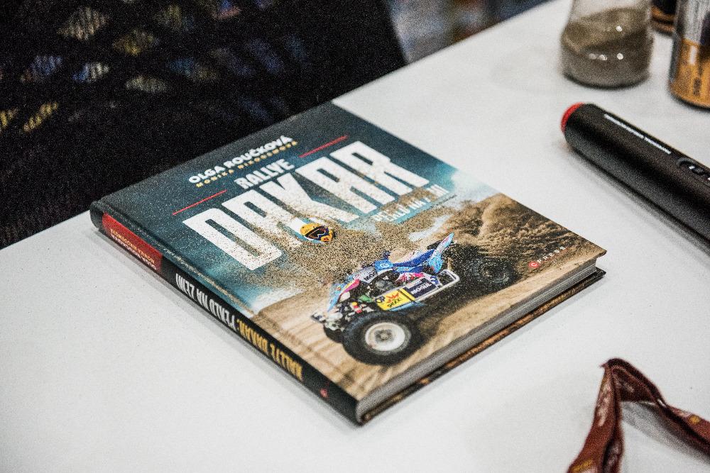 Rallye Dakar: Peklo na zemi, kniha Ollie Roučkové o nejtěžším závodění v jejím životě
