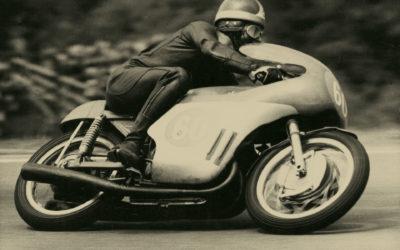 Zlatá řídítka pro nejlepší motocyklové závodníky se rozdají již počtrnácté. Předávání ozdobí italská závodnická legenda Giacomo Agostini.